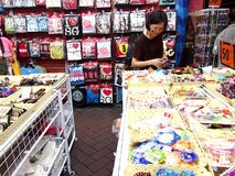 De toeristen kiezen van een verscheidenheid van herinneringsproducten bij een opslag of winkelen in Chinatown, Singapore Royalty-vrije Stock Afbeeldingen