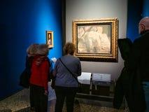 De toeristen kijken schilderijen in Pinacoteca Di Brera stock foto
