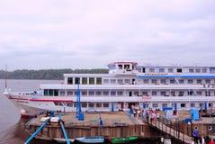 De toeristen komen aan wal uit de Cruisevoering Stock Afbeelding