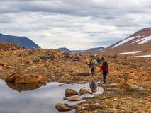 De toeristen komen neer uit de bergen royalty-vrije stock afbeeldingen