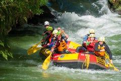 De toeristen komen paddelend uit een stroomversnelling rafting cursus te voorschijn bij Kaituna-Cascades in Rotorua Nieuw Zeeland royalty-vrije stock foto