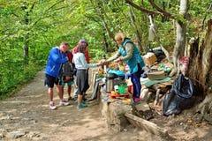 De toeristen kopen thee en cakes van een dienblad op een bergsleep royalty-vrije stock afbeelding