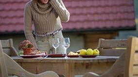 De toeristen koppelen gekomen bij lokale restauratie eten stock footage