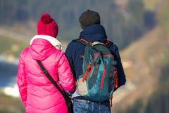 De toeristen koppelen het genieten van berg van mening Royalty-vrije Stock Foto