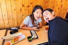 De toeristen koppelen het hebben van een maaltijd van lunchbox in Japan royalty-vrije stock foto