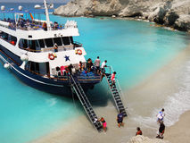 De toeristen kruisen Schip, die Strand Lefkada verbazen Royalty-vrije Stock Foto