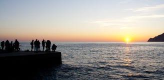 De toeristen letten op de zonsondergang Stock Fotografie