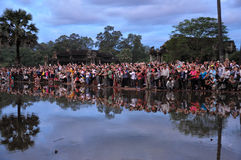 De toeristen letten op zonsopgang in Angkor Wat Royalty-vrije Stock Fotografie