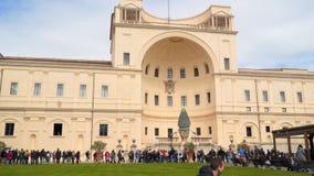 De toeristen lopen in de Binnenplaats van de Denneappel in de Musea van Vatikaan stock videobeelden