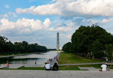 De toeristen lopen dichtbij Washington Monument Royalty-vrije Stock Fotografie