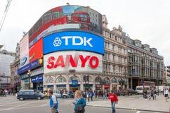 De toeristen lopen door Piccadilly Circus in Londen Royalty-vrije Stock Afbeelding