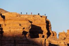 De toeristen lopen en nemen beelden op de achtergrond van Charyn-canion in Kazachstan royalty-vrije stock foto's
