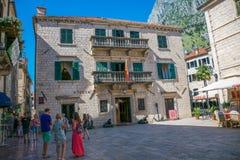 De toeristen lopen langs de oude straten van de oude stad Stock Foto's