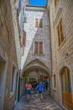 De toeristen lopen langs de oude straten van de oude stad Royalty-vrije Stock Afbeeldingen