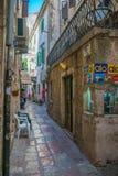 De toeristen lopen langs de oude straten van de oude stad Stock Afbeelding