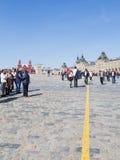 De toeristen lopen in Moskou op Rood Vierkant Royalty-vrije Stock Fotografie