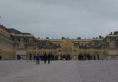 De toeristen lopen naar de ingang aan het Paleis van Versailles royalty-vrije stock foto