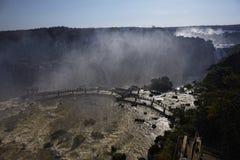 De toeristen lopen op een brug aan de Braziliaanse kant van Iguazu FA stock foto's
