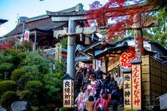 De toeristen lopen op een ingang van Kyomizu-Tempel Royalty-vrije Stock Foto