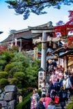 De toeristen lopen op een ingang van Kyomizu-Tempel Royalty-vrije Stock Afbeelding