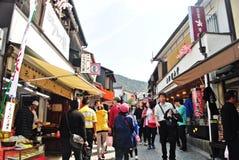 De toeristen lopen op een straat rond Kiyomizu-Tempel in Kyoto, Japan stock foto's