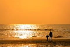 De toeristen lopen op het strand Royalty-vrije Stock Foto