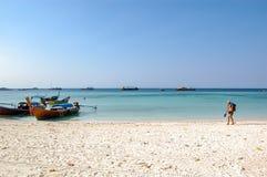 De toeristen lopen op het zand bij het witte Overzees als achtergrond royalty-vrije stock afbeelding