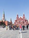 De toeristen lopen op Rood Vierkant in de lente Royalty-vrije Stock Afbeeldingen