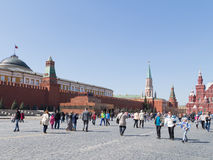 De toeristen lopen op Rood Vierkant in Moskou Stock Afbeeldingen