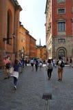 De toeristen lopen in de oude stad in Stockholm stock afbeeldingen