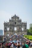 De toeristen lopen pas en nemen foto's bij de Ruïnes van St Paul ` s in Macao, China Stock Foto