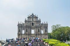 De toeristen lopen pas en nemen foto's bij de Ruïnes van St Paul ` s in Macao, China Royalty-vrije Stock Foto's