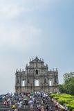De toeristen lopen pas en nemen foto's bij de Ruïnes van St Paul ` s in Macao, China Stock Afbeelding