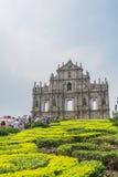 De toeristen lopen pas en nemen foto's bij de Ruïnes van St Paul ` s in Macao, China Stock Fotografie
