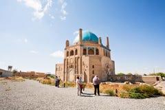 De toeristen lopen rond de Koepel van het 14 eeuwmausoleum van Soltaniyeh stock foto