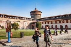 De toeristen lopen voor het Kasteel van Sforza stock foto's