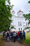 De toeristen luisteren aan verhaal van gids alvorens Pretchistensky te bezoeken Stock Afbeelding
