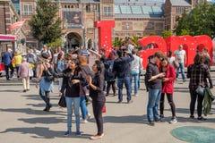 De toeristen met selfie plakken op het Museumvierkant in Amsterdam royalty-vrije stock fotografie