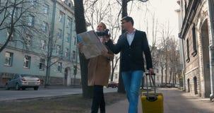 De toeristen met stad brengen en camera in de stad in kaart stock footage