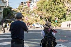 De toeristen nemen beelden bij de ingang van het meest windende deel van Lombardt-Straat in San Francisco, Californië, de V.S. royalty-vrije stock foto