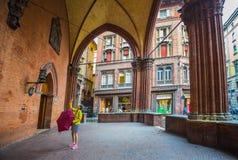 De toeristen nemen beelden van het middeleeuwse paleis van merchandis Stock Foto's