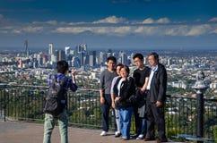De toeristen nemen beelden van de Stadscentrum van Brisbane stock fotografie