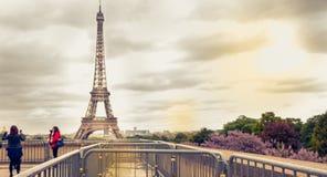De toeristen nemen beelden voor de Toren van Eiffel royalty-vrije stock foto