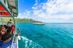 De Toeristen nemen een foto bij mooie overzees en varende boten in Moorae-Eiland in Tahiti PAPEETE, FRANSE POLYNESIA royalty-vrije stock fotografie