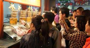De toeristen nemen foto's, Wangfujing-Snackstraat bij nacht, China Stock Afbeelding