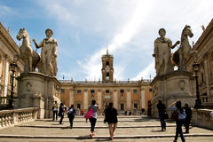 De toeristen nemen tot het Capitoline-Vierkant toe Stock Fotografie