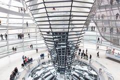 De toeristen onder Reichstag overkoepelen Stock Foto