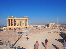De toeristen onderzoeken de Akropolis in de Ochtend Stock Foto's