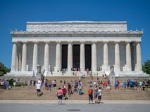 De toeristen onderzoeken Lincoln Memorial op een de zomerdag stock afbeelding