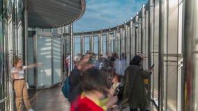De toeristen ontmoeten zonsopgang bij het observatiedek op vloer 125 van de toren van Burj Khalifa timelapse stock videobeelden
